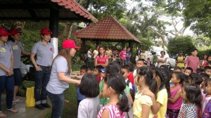 Mrs. Que together with the Pag-asa kids on her feeding day event.